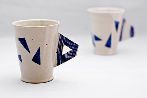 Tassen mit Henkel weiß-blau, Steinzeug